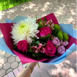 Арт. 0523. Роза 3шт, хризантема 1шт, куст.хризантема 1шт, альстромерия 2шт, куст.роза 1шт, салал 2, матовая пленка атласная лента