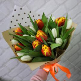 Арт. 0028. Букет из тюльпанов микс 17шт с оформлением