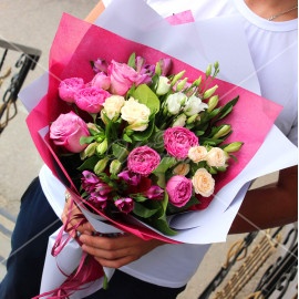 Арт. 0097. Роза 50см 3шт, альстромерия 4шт, куст.роза пионовидная 2шт, эустома 1шт, куст.роза 2шт, матовая пленка, атласная лента