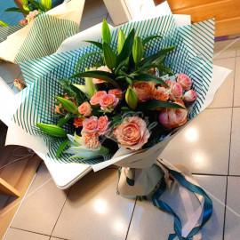 "Арт. 0139. Роза ""Кахала"" 5шт, диантус 4шт, куст.розы 3шт, лилии 3шт, фисташка 1, матовая пленка, атласная лента"