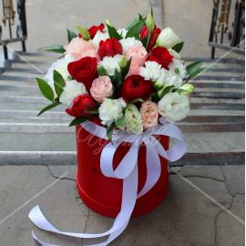 Арт. 0207. Ранункулюс 1шт, роза 50см 3шт, тюльпан 3шт, куст.гвоздика 3шт, эустома 1шт, куст.роза 2шт, шляпная коробка, атласная лента