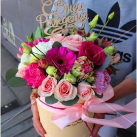 Арт. 0210. Пион 1шт, гербера мини 3шт, роза 50см 6шт, пионовидная роза 1шт, эустома 1шт, тюльпан пионовидный 4шт, куст.роза 1шт, диантус 1шт, эвкалипт 1, гиперикум 1, шляпная коробка, атласная лента