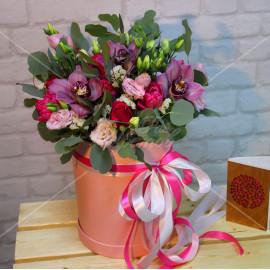Арт. 0211. Цимбидиум 3шт, кенийская роза 50см 5шт, тюльпан 4шт, эустома 6шт, статица 2, эвкалипт 2, шляпная коробка, атласная лента
