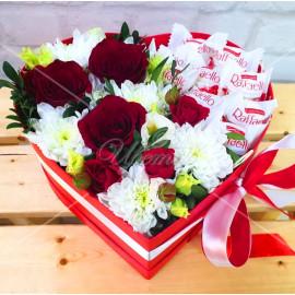 """Арт. 0299. Роза 50см 3шт, куст.хризантема 2шт, кустовая роза 1шт, эвкалипт 0,5, конфеты """"Рафаэлло"""", коробка в форме сердца, атласная лента"""