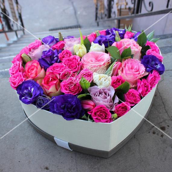 Арт. 0304. Роза 50см 8шт, куст.роза 5шт, эустома 4шт, тюльпан 6шт, коробка в форме сердца